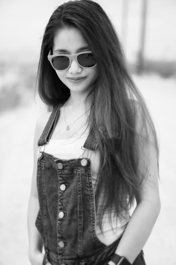 Schönheit mit tragender Sonnenbrille des langen Brunettehaares lizenzfreie stockfotos