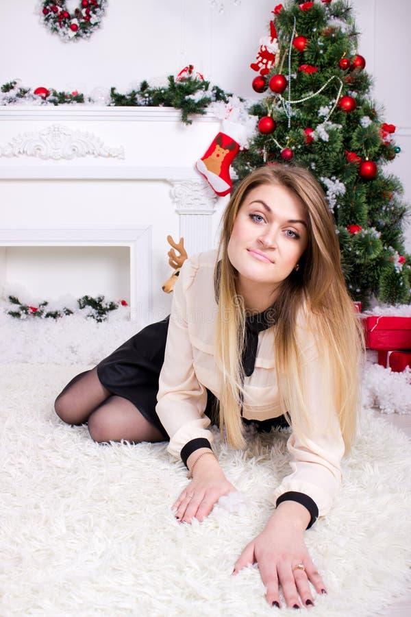 Schönheit nahe Weihnachtsbaum lizenzfreie stockbilder