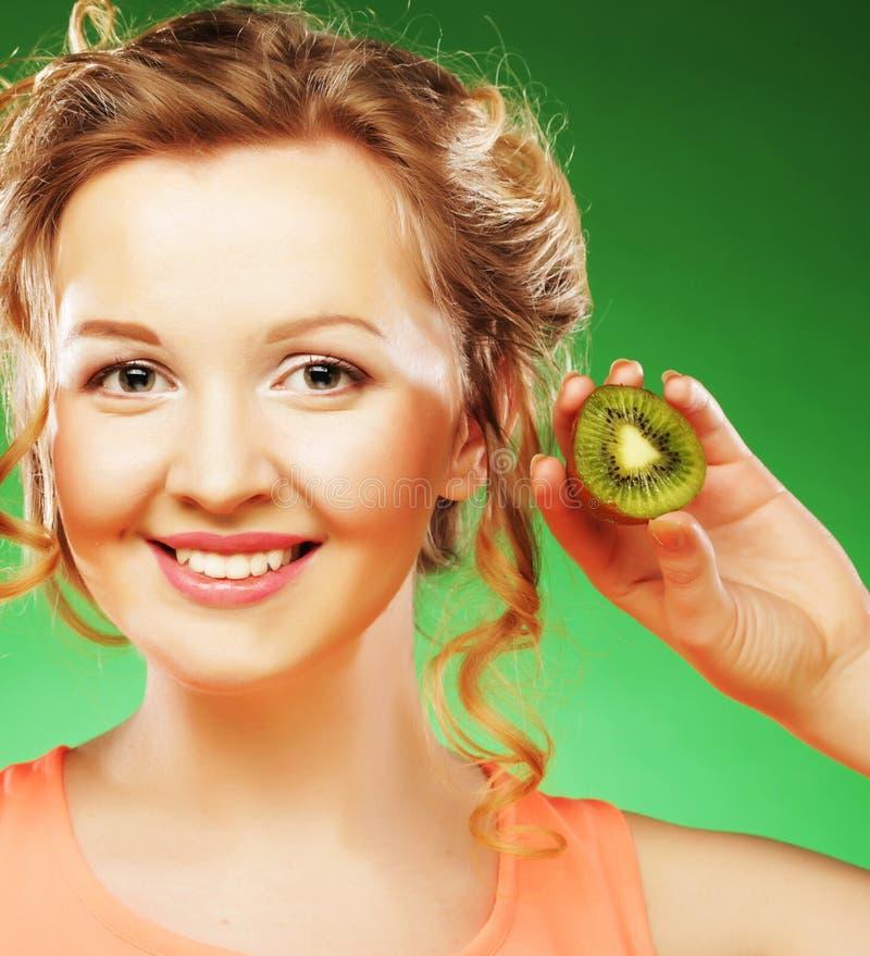 Schönheit ` s Gesicht mit Kiwi lizenzfreie stockbilder