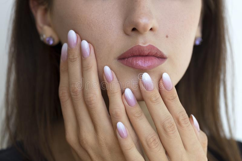 Schönheit ` s Nägel mit schönem französische Maniküre ombre lizenzfreie stockfotografie