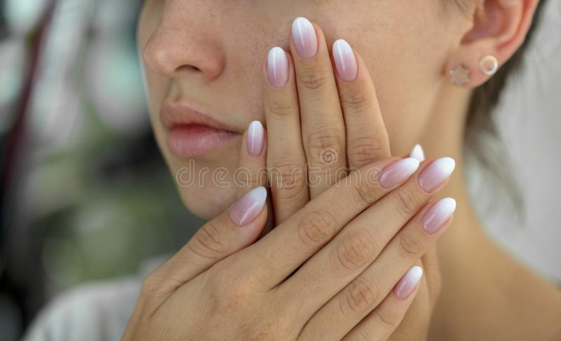 Schönheit ` s Nägel mit schönem französische Maniküre ombre stockfotografie