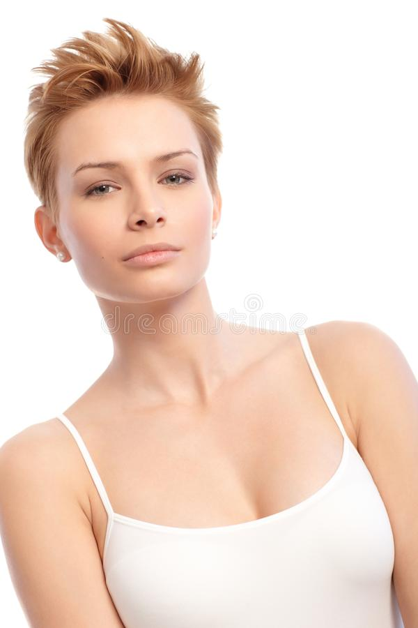 Schönheit schoss von der jungen Frau mit dem kurzen Haar stockfotografie