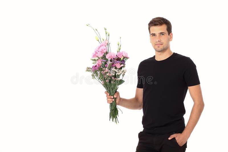 Schönheit schoss von erstaunlichem jungem japanischem Mädchen, lächelte und hält ein Bündel schöne Blumen, einschließlich Rosen a lizenzfreie stockfotos