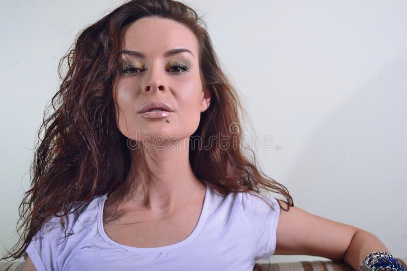 Schönheit, sinnliches Gesicht, ausdrucksvolle Lippen und Make-up lizenzfreies stockfoto