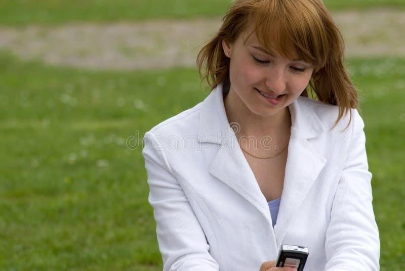 Schönheit und das Telefon lizenzfreies stockfoto