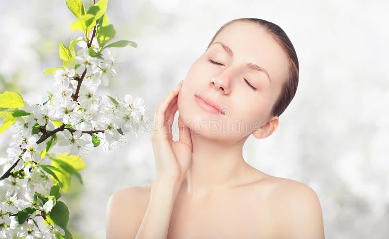 Schönheit und Hautpflegekonzept - Porträt der schönen jungen Frau stockbild