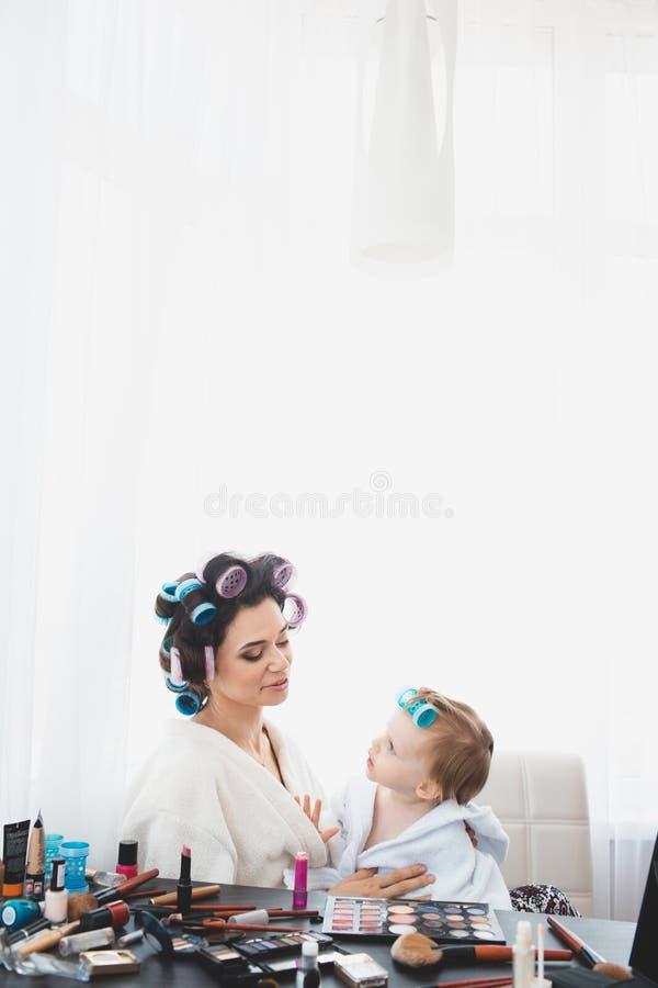 Schönheit und ihr Tochterhandeln bildet lizenzfreies stockbild