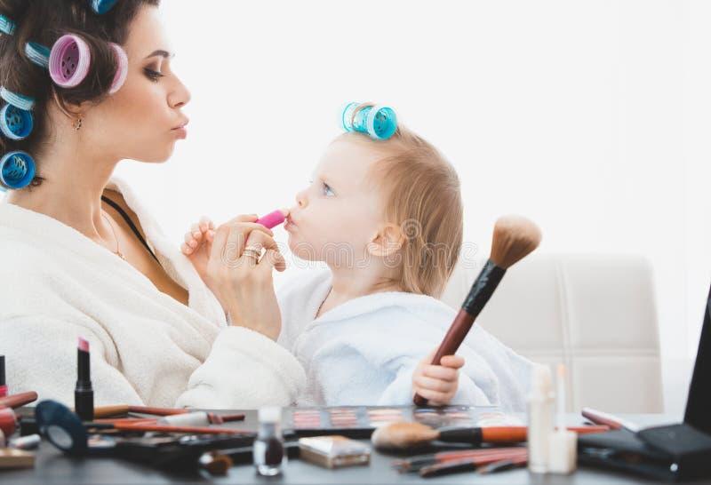 Schönheit und ihr Tochterhandeln bildet lizenzfreie stockbilder