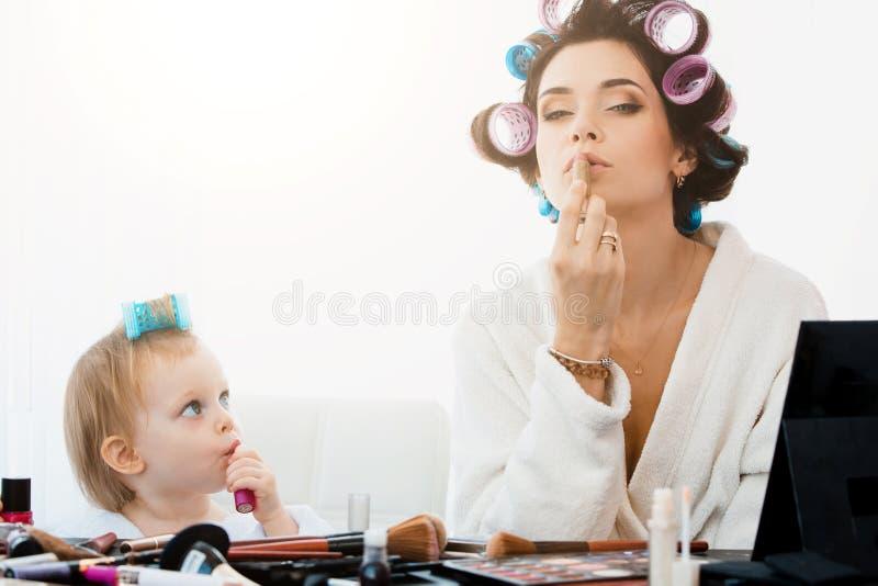 Schönheit und ihr Tochterhandeln bildet stockfoto