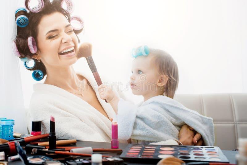 Schönheit und ihr Tochterhandeln bildet lizenzfreies stockfoto