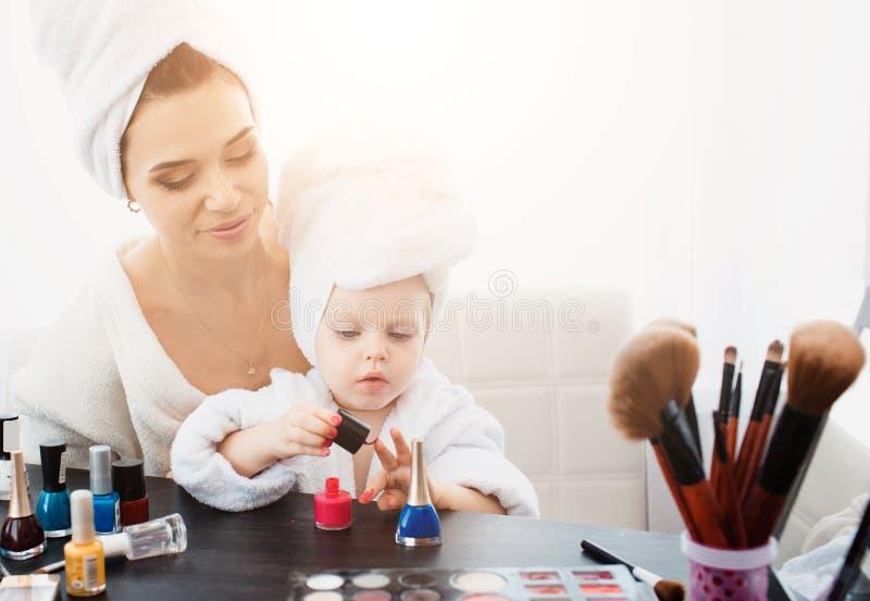 Schönheit und ihre Tochter, die Maniküre machen lizenzfreie stockfotos