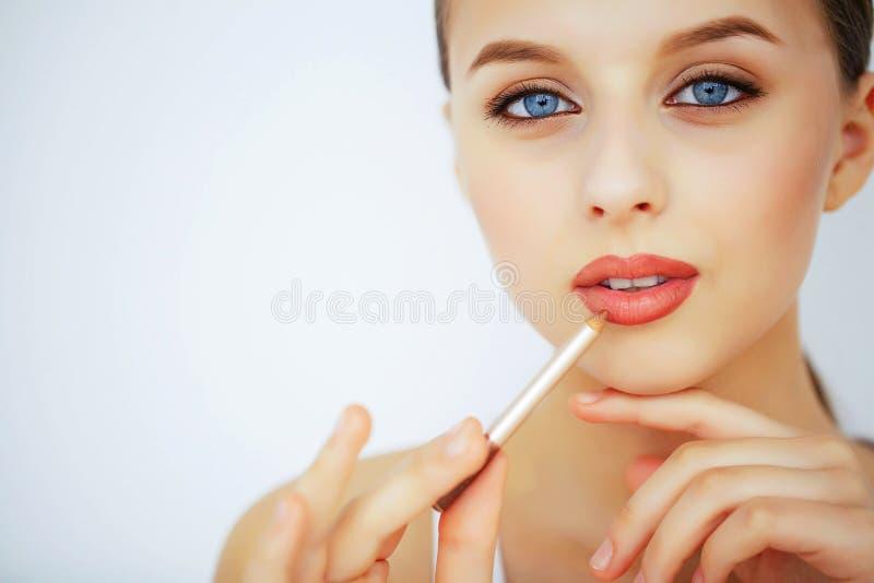 Schönheit und Make-up Eine Frau mit reiner Haut und blauen Augen Beautif stockbilder