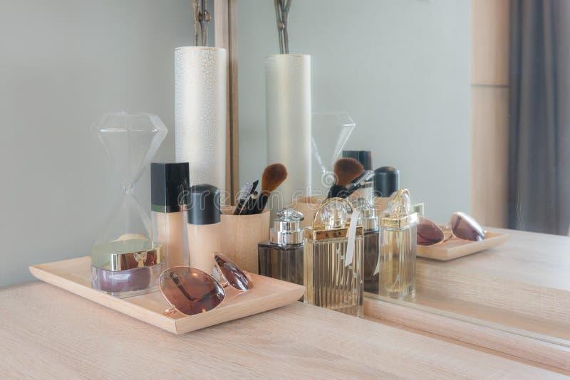 Schönheit und Make-upkonzept: verlegen Sie Spiegel, Blumen, Parfüm, jewe lizenzfreie stockfotografie