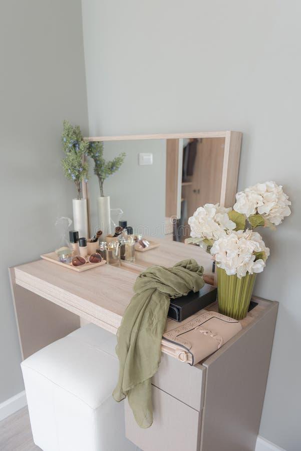 Schönheit und Make-upkonzept: verlegen Sie Spiegel, Blumen, Parfüm, jewe stockfotos