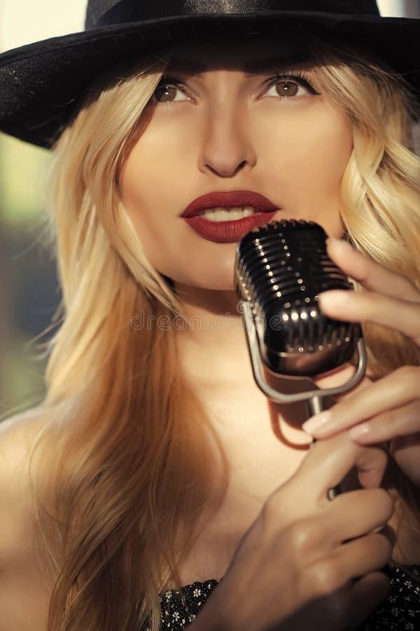 Schönheit und Mode, Retro- und Jazz lizenzfreie stockfotografie