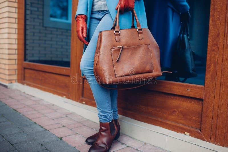 Schönheit und Mode Stilvoller tragender Mantel und Handschuhe der modernen Frau, braune Taschenhandtasche halten lizenzfreies stockbild