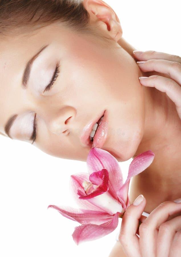 Schönheit und Modekonzept: junge Schönheit mit großen rosa Blumen stockfoto