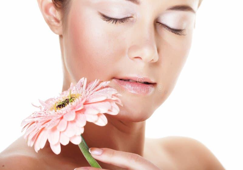 Schönheit und Modekonzept: junge Schönheit mit großen rosa Blumen stockbilder