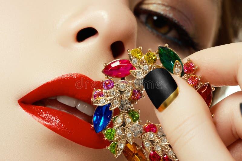 Schönheit und Modekonzept Schöne Frau mit Schmucksachen lizenzfreie stockbilder