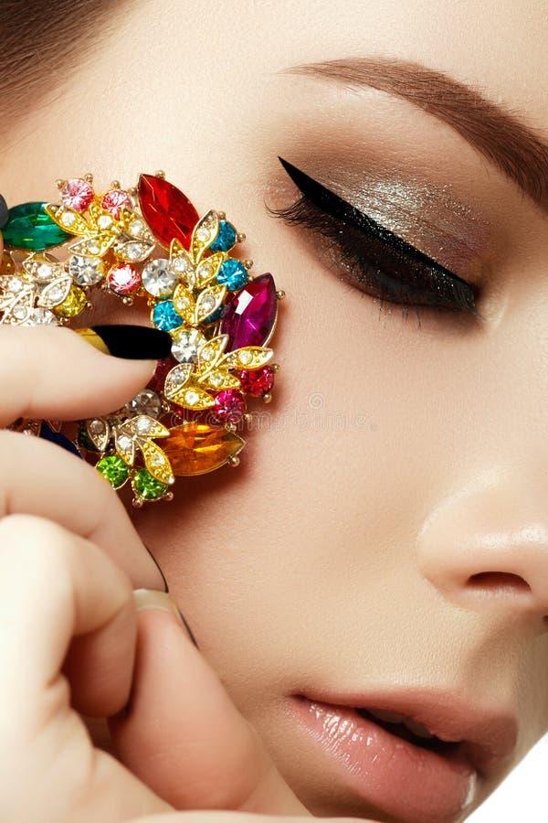 Schönheit und Modekonzept Schöne Frau mit Schmucksachen stockbild