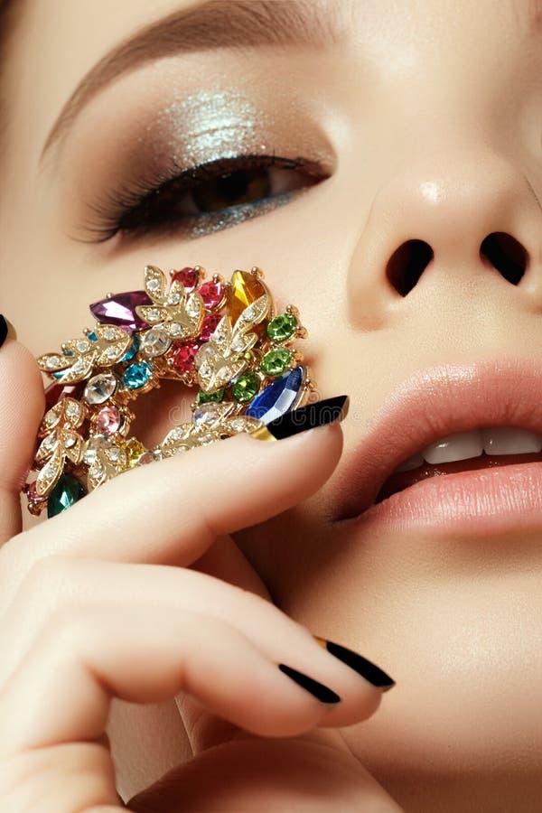 Schönheit und Modekonzept Schöne Frau mit Schmucksachen stockfoto