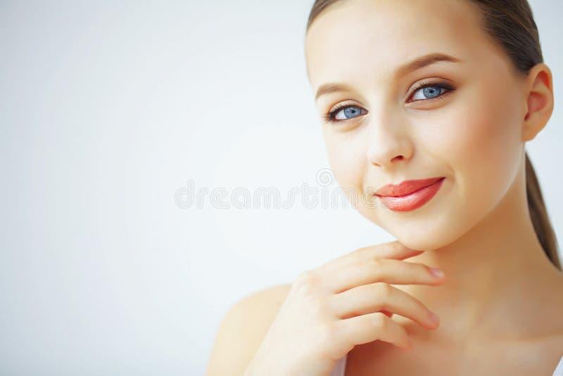 Schönheit und Sorgfalt Eine Frau mit reinem Haut-Griff eine Gesichts-Creme Morni stockbilder