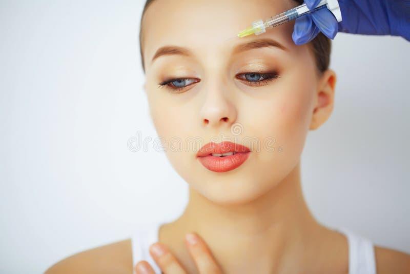 Schönheit und Sorgfalt Polnisch der Nägel mit dem nailfile Eine Frau mit reiner Haut Zutreffen des transparenten Lacks lizenzfreie stockbilder