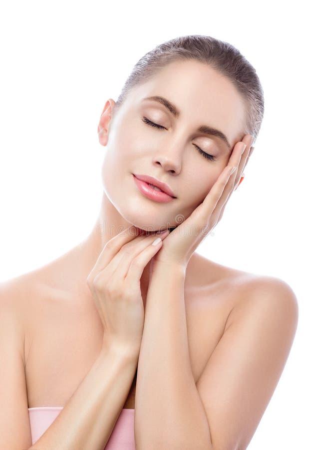 Schönheit und Sorgfalt Porträt der schönen jungen Frau, die ihr Gesicht mit geschlossenen Augen berührt BADEKURORT-Therapie und r lizenzfreie stockbilder
