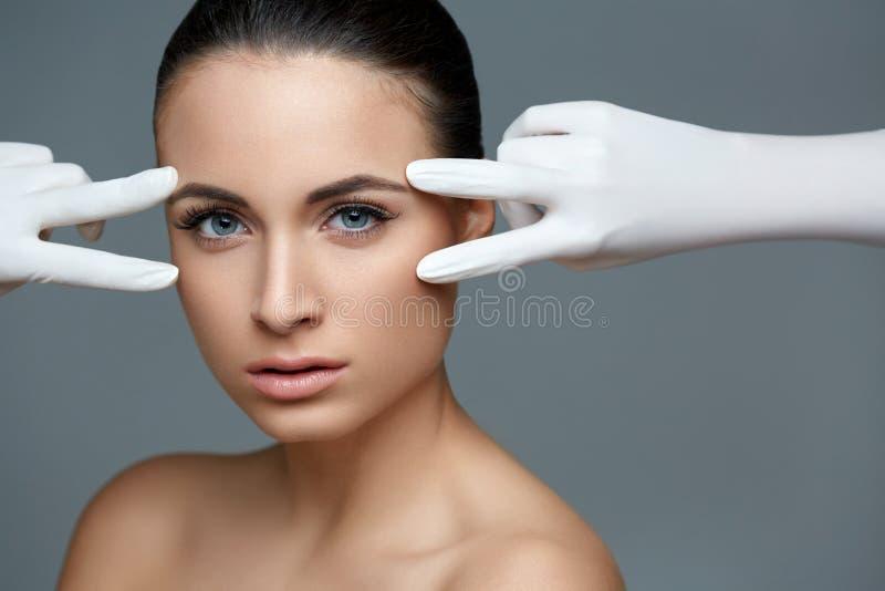 Schönheit vor Cosmetology Operation der plastischen Chirurgie Seien Sie lizenzfreie stockbilder