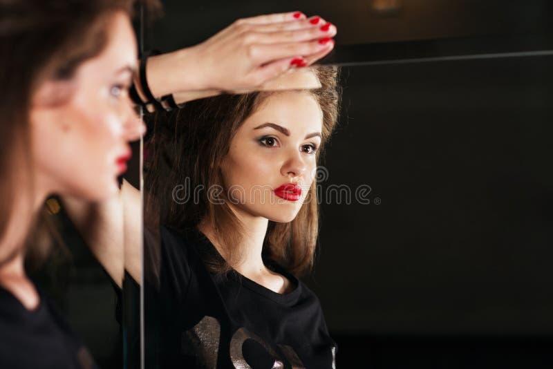 Schönheit vor Spiegel bw lizenzfreie stockbilder