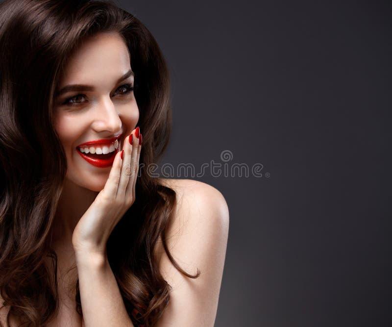 Schönheit vorbildliches Woman mit langem gewelltem Haar Browns stockfotos