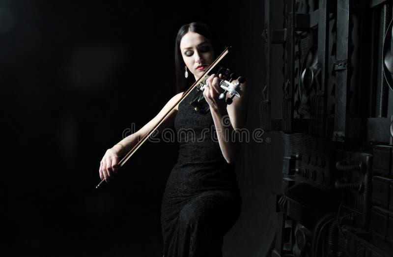 Schönheit, welche die Violine, Kunst, Gefühle spielt lizenzfreies stockbild