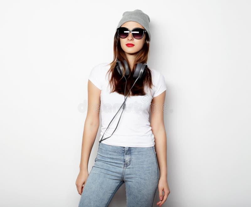 Schönheit, welche die zufällige Kleidung, werfend auf weißem backgrou trägt auf lizenzfreie stockfotografie