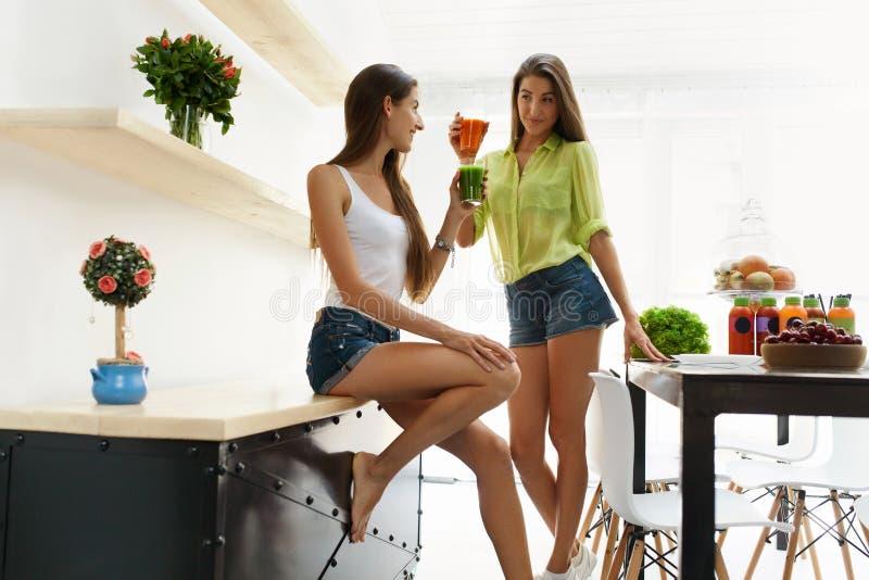 Schönheiten, die frischen Detox Juice For Healthy Nutrition trinken stockbild