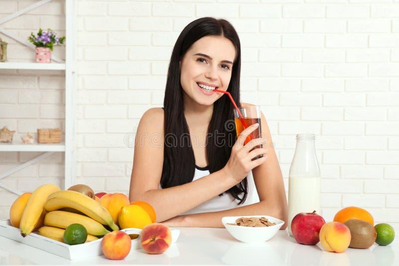 Schönheiten existiert mit reiner Haut auf ihrem Gesicht, das an einem Tisch sitzt und isst Frühstück Asiatin, die gesundes Lebens lizenzfreies stockbild