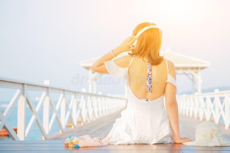 Schönheiten reisen allein am Strand auf Sommer stockfoto