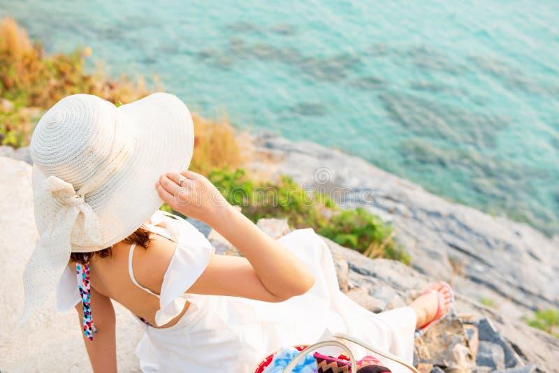 Schönheiten reisen allein am Strand auf Sommer stockbilder