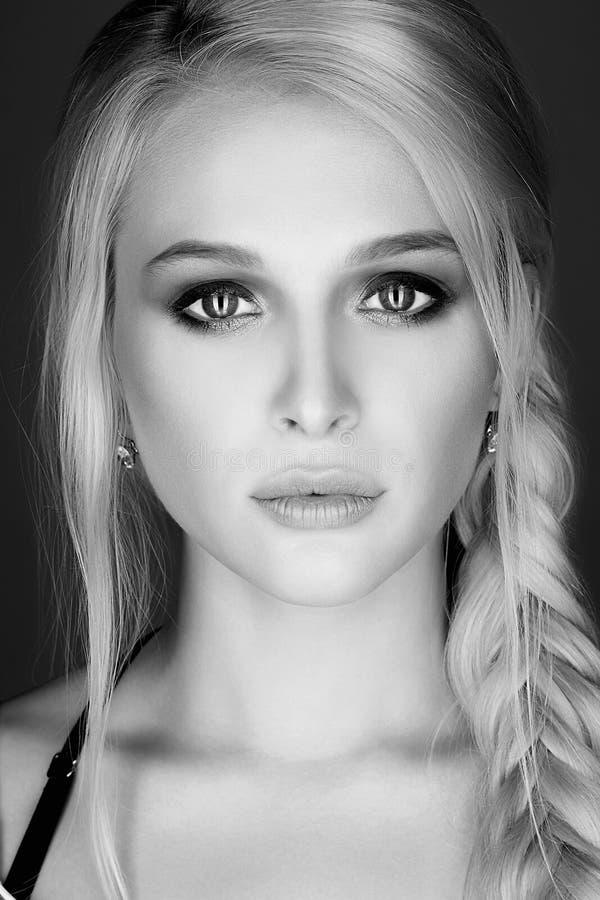 Schönheits-Art- und Weiseportrait Blondes reizvolles Mädchen stockfotografie