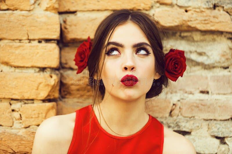 Schönheits-Art- und Weiseportrait Frau mit den roten Lippen und den frischen Rosen im Haar stockfotografie