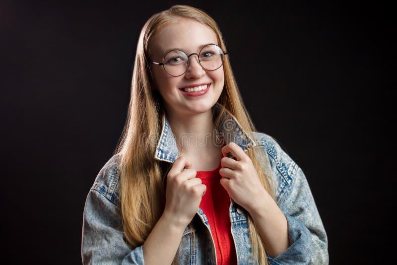 Schönheits-Art- und Weiseportrait Lächelnde junge Frau mit dem langen roten Haar stockfotos
