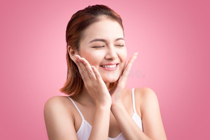 Schönheits-asiatisches junges Porträt Schöne Badekurort-Frau, die ihr Fa berührt stockfotografie