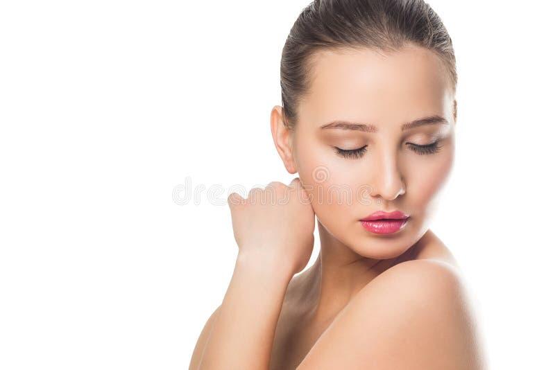 Schönheits-Badekurort-Frau mit perfektem Haut Porträt Das schöne Mädchen, das unten auf Weiß schaut, lokalisierte Hintergrund lizenzfreie stockfotos