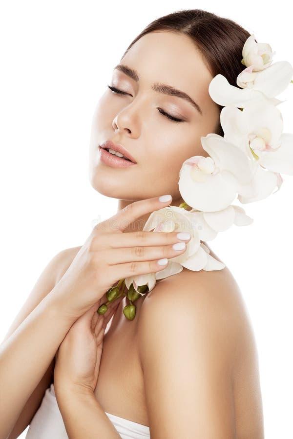 Schönheits-Badekurort-Hautpflege, Frauen-Gesichts-natürliches Make-up und Orchideen-Blume, Mode-Modell lizenzfreies stockfoto
