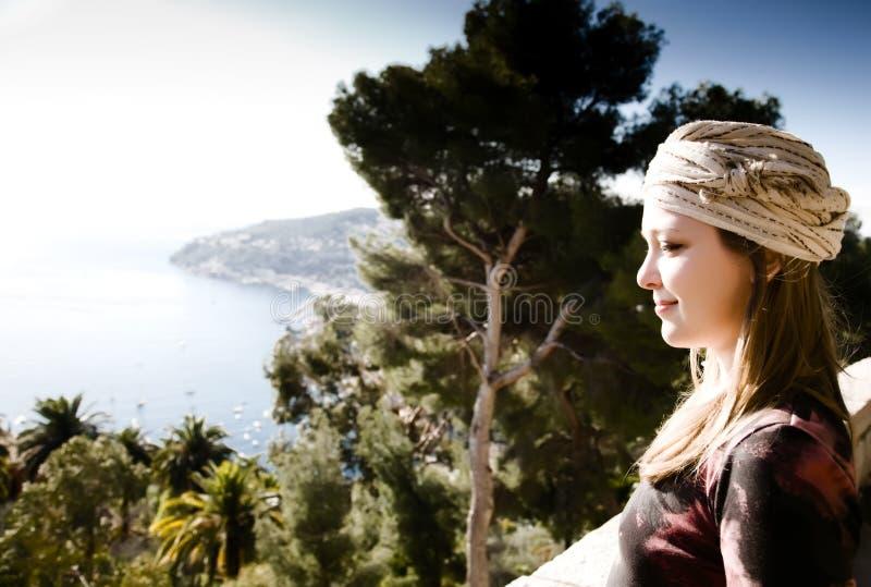 Schönheits-Frau, die Mittelmeer betrachtet stockfoto
