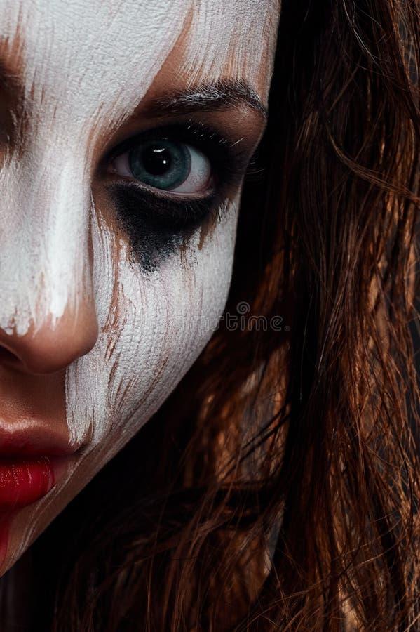 Schönheits-Frau mit dem Überraschen von Halloween-Make-up lizenzfreie stockfotografie