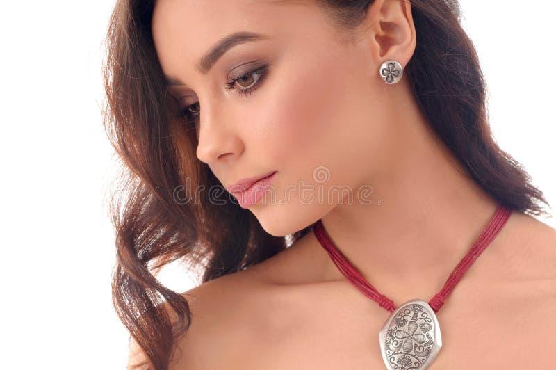 Schönheits-Frau mit langem Brown-Haar, frische Haut, tragendes accessori lizenzfreie stockfotografie
