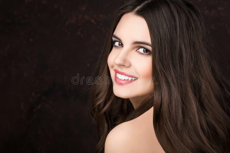 Schönheits-Frau mit langem gewelltem Haar Browns stockbild