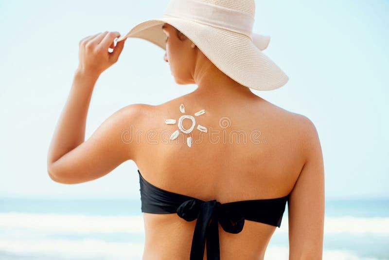 Schönheits-Frau mit sonnen-förmiger Sonnencreme lizenzfreies stockbild