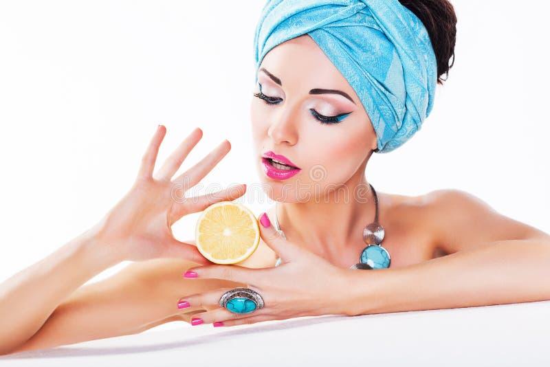 Schönheits-Frau - Zitrone in den Händen - saubere gesunde Haut stockbild