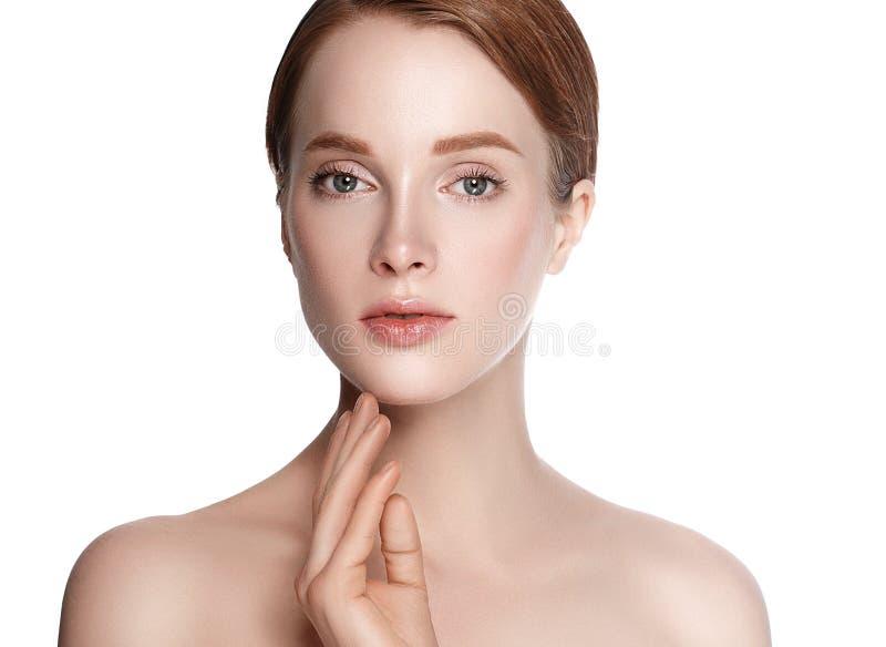 Schönheits-Frauengesicht mit Handporträt auf einem weißen backg stockbilder